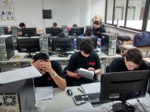 Foto de alumnos en la sala de PC de la facultad