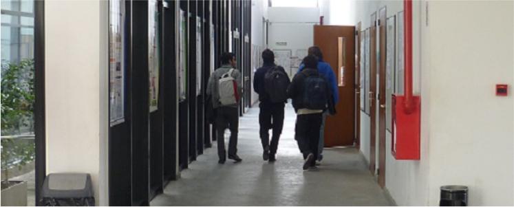 Imagen alumnos caminado por el pasillo de la facultad